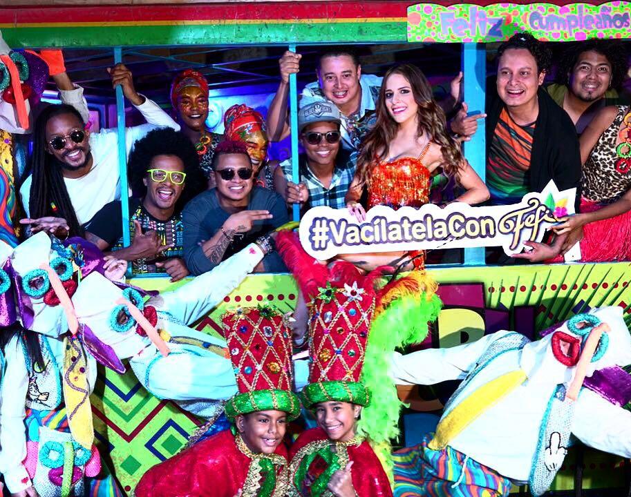 La reina Stephanie Mendoza prende la fiesta con su canción