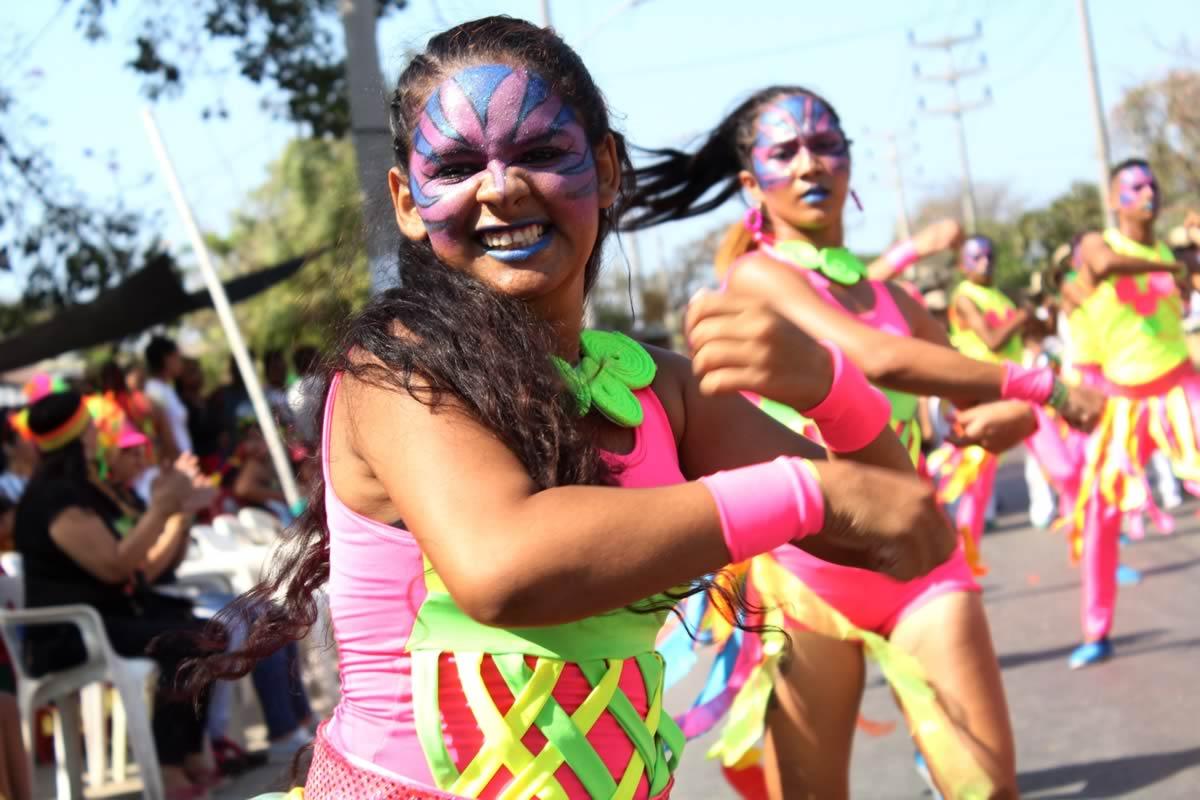 De toda Colombia llegan grupos folclóricos a celebrar los 25 años del Desfile del Rey Momo