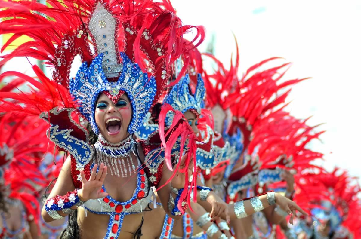 Derroche de fantasía y tradición popular en la Gran Parada de Comparsas