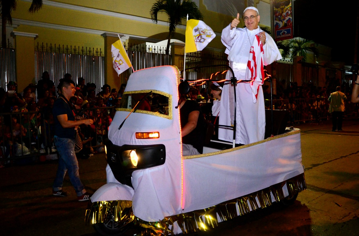El 'Papa Quillero' a bordo del Papamóvil en la Guacherna 2017