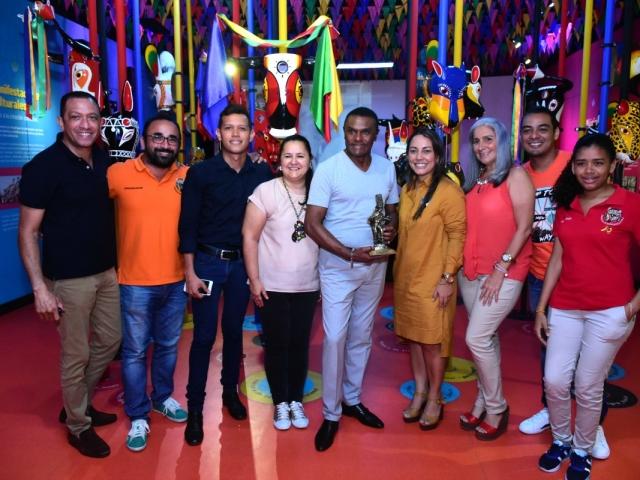 José Alberto 'El Canario' en compañía de parte del equipo de Carnaval S.A.S.