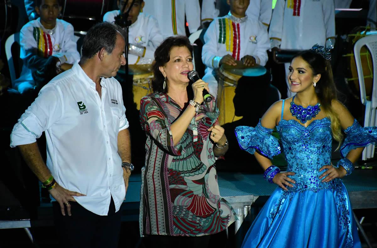 El Secretario de Cultura Juan José Jaramillo, Carla Celia directora de Carnaval y la Reina Valeria Abuchaibe.