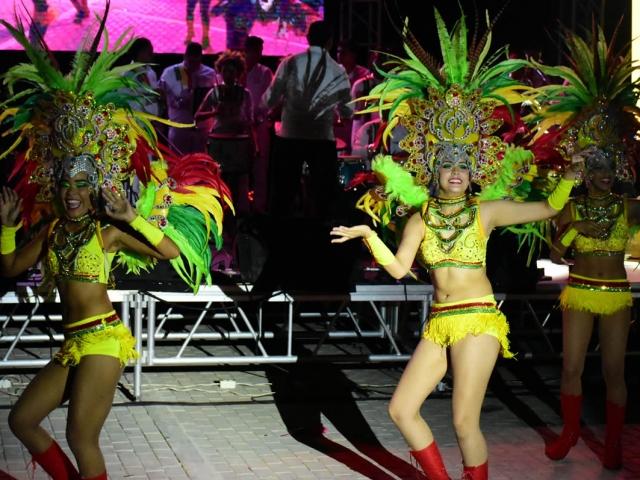 La comparsa Rumbón Normalista durante la muestra en el Gran Malecón del Río durante el Congreso de Anato.