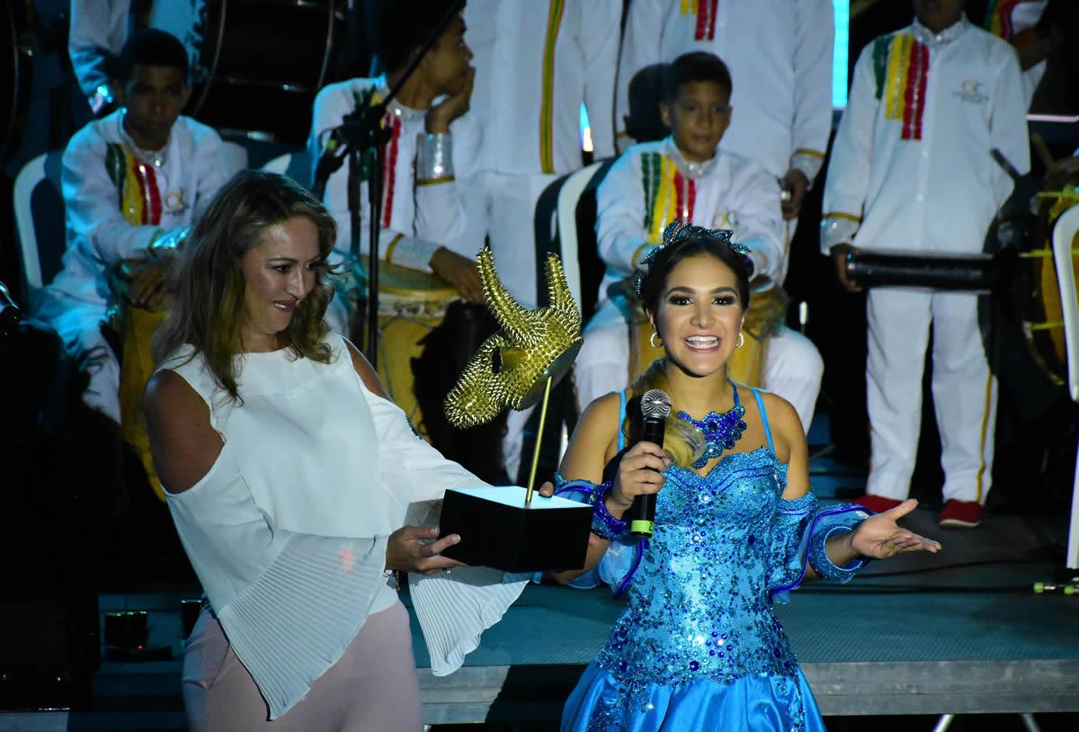 La Reina del Carnaval Valeria Abuchaibe entregó a Paula Cortés presidenta de Anato la máscara de Torito como una invitación al Carnaval 2018.