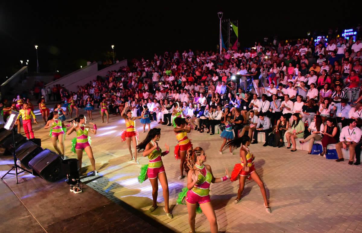 Más de 500 asistentes al Congreso de Agencias de Viajes de Anato disfrutaron a la orilla del río del Carnaval.