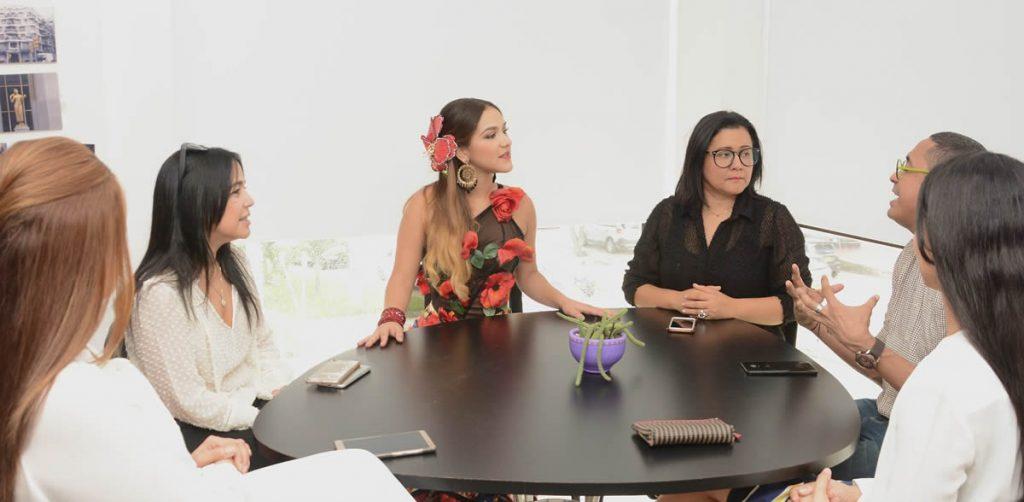 Valeria reunida con el talento de Uniautónoma.