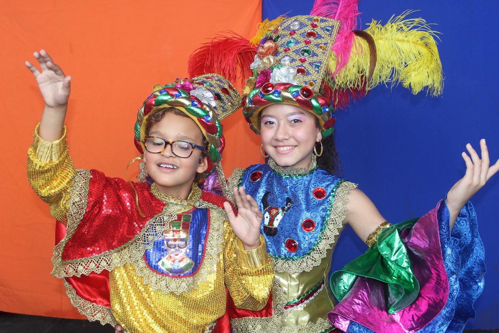 Reyes del Carnaval de los Niños celebran el Día de los Angelitos