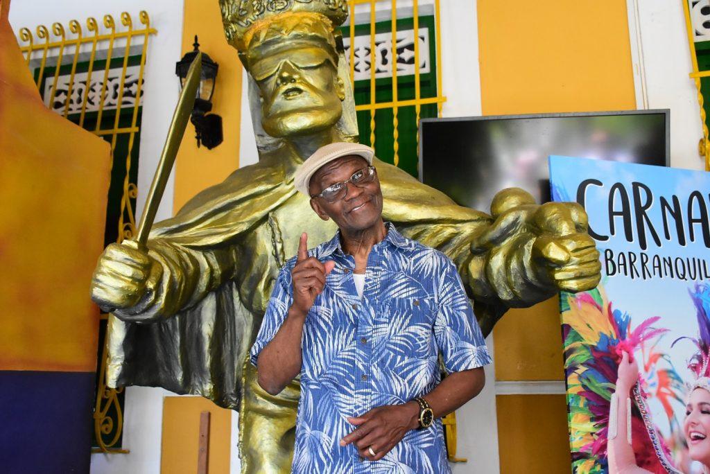 Cuco Valoy posa junto al monumento del Congo de Oro en la Casa del Carnaval.