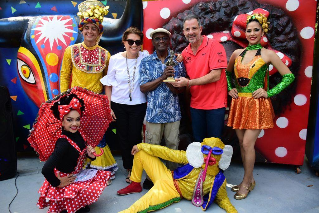El maestro dominicano recibió el galardón de manos de nuestra directora, Carla Celia, y el Secretario Distrital de Cultura, Patrimonio y Turismo, Juan José Jaramillo.