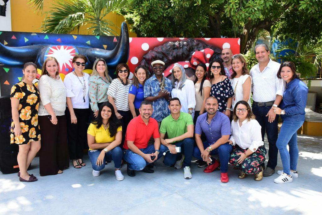 Cuco Valoy junto al equipo Carnaval de Barranquilla.