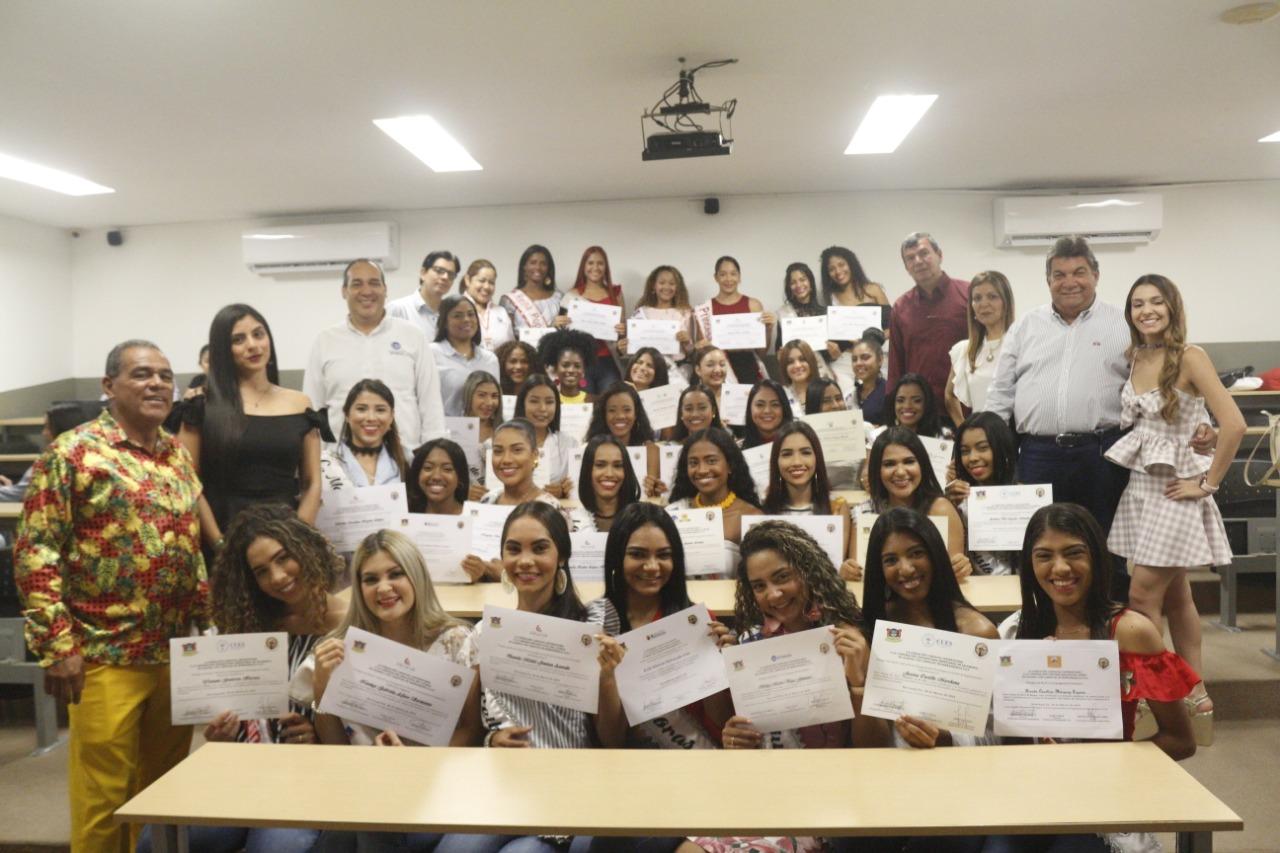 Las 39 Reinas Populares reciben becas para estudios universitarios y técnicos