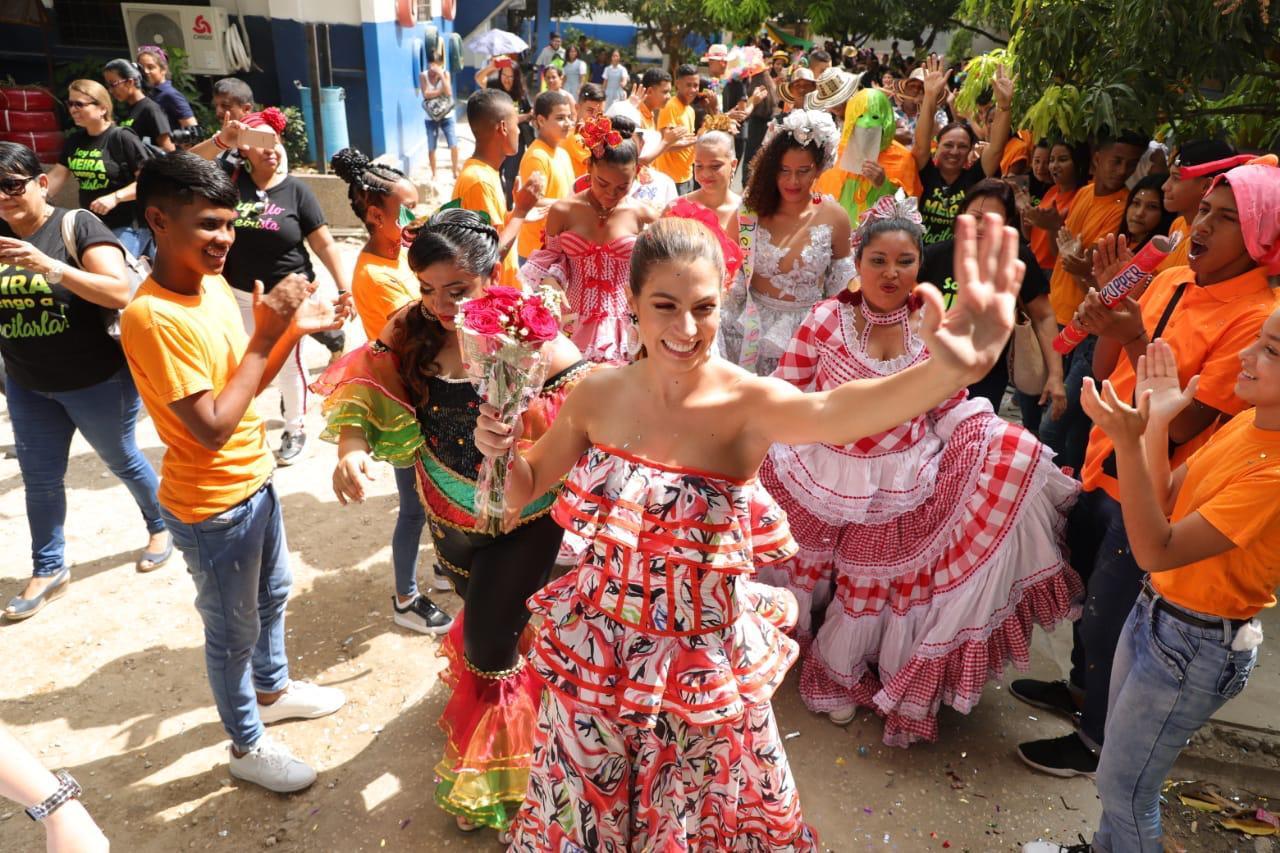Entre versos más de 2000 estudiantes del Colegio Meira Delmar recibieron a la Reina del Carnaval